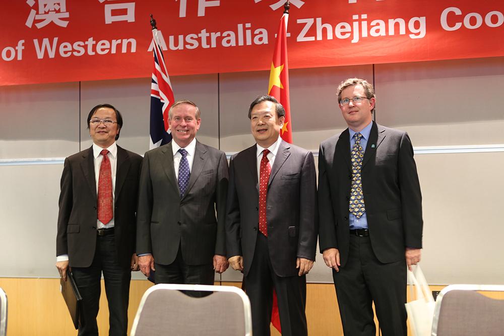 2012年9月,西澳洲总理科林·巴奈